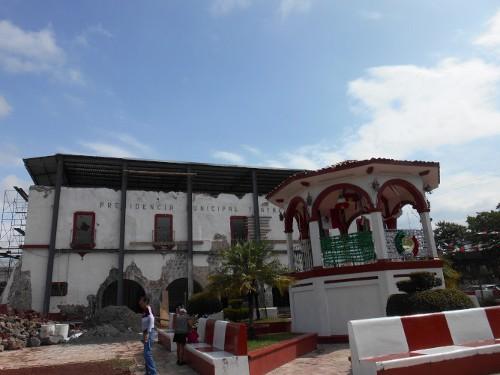 Imagen de Morelos: a más de dos años del sismo (propio), Kiosco y presidencia municipal de Tlayacapan (atribuido)
