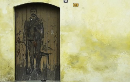Imagen de El grafiti histórico en las calles de Morelos (propio), Figura del general Emiliano Zapata estampado en una puerta antigua (atribuido)