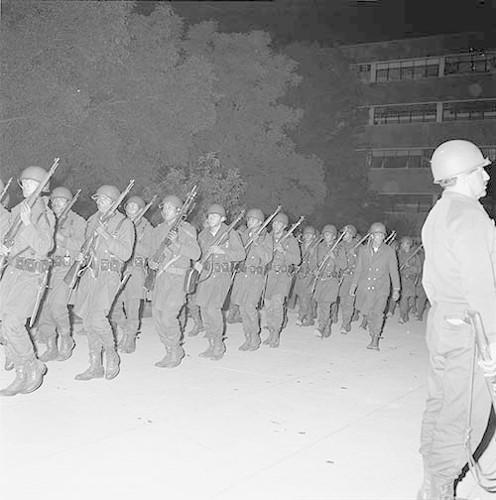 Imagen de MGP2674 (atribuido), Toma Casco detenidos ejército sep 1968 (alternativo)