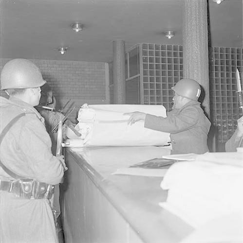 Imagen de MGP2695 (atribuido), Toma Casco detenidos ejército sep 1968 (alternativo)