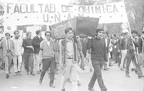 Imagen de MGP2803 (atribuido), Gobernación. Mitin. Estudiantes en la glorieta de Simón Bolívar (alternativo)