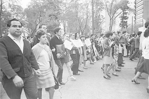 Imagen de MGP2806 (atribuido), Gobernación. Mitin. Estudiantes en la glorieta de Simón Bolívar (alternativo)