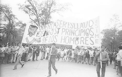 Imagen de MGP2810 (atribuido), Gobernación. Mitin. Estudiantes en la glorieta de Simón Bolívar (alternativo)