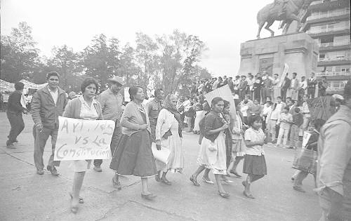Imagen de MGP2832 (atribuido), Gobernación. Mitin. Estudiantes en la glorieta de Simón Bolívar (alternativo)