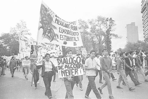 Imagen de MGP2841 (atribuido), Gobernación. Mitin. Estudiantes en la glorieta de Simón Bolívar (alternativo)
