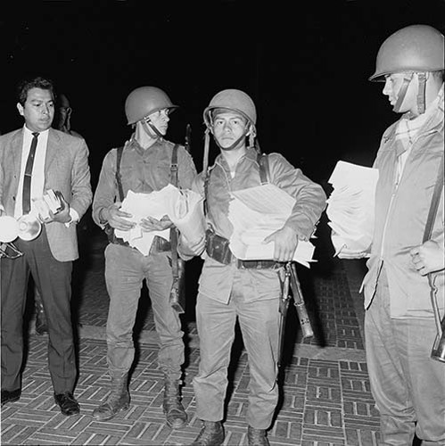 Imagen de MGP2594 (atribuido), Toma CU ejército letreros alusivos sep 1968 (alternativo)