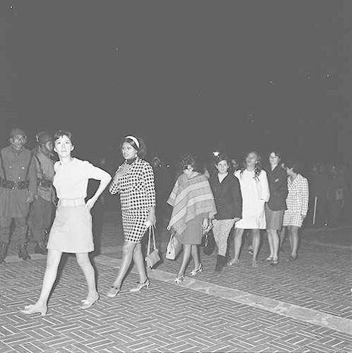 Imagen de MGP2598 (atribuido), Toma CU ejército letreros alusivos sep 1968 (alternativo)