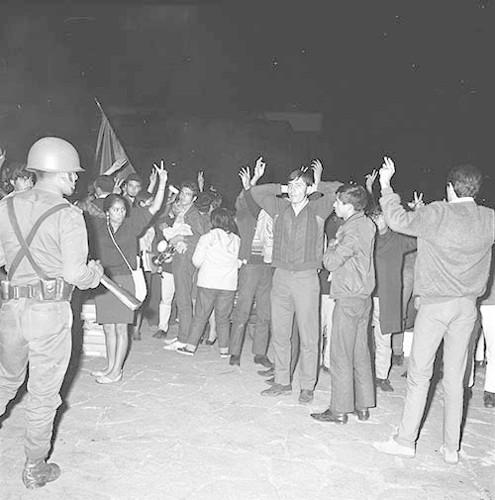 Imagen de MGP2619 (atribuido), Toma CU ejército letreros alusivos sep 1968 (alternativo)