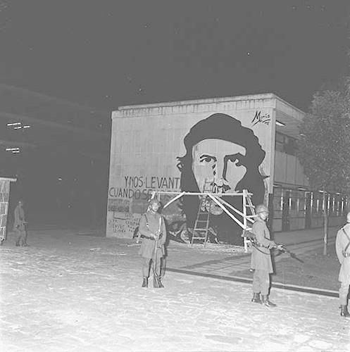 Imagen de MGP2645 (atribuido), Toma CU ejército letreros alusivos sep 1968 (alternativo)