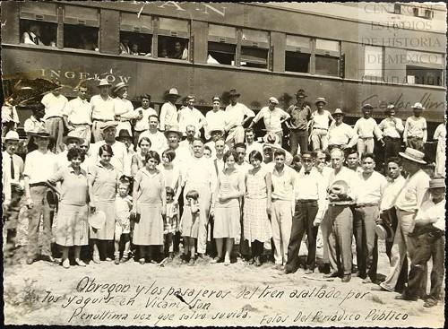 Imagen de Obregón y los pasajeros del tren asaltado por los yaquis en Vicam, Sonora. Penúltima vez que salvó su vida. Fotos del periódico público (atribuido)