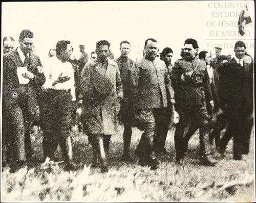 Imagen de Obregón con personas sin identificar (atribuido)