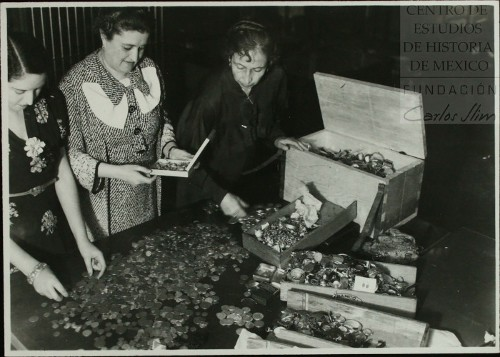 Imagen de Mujeres revisan donaciones populares para el pago de las indemnizaciones de compañías petroleras (atribuido)