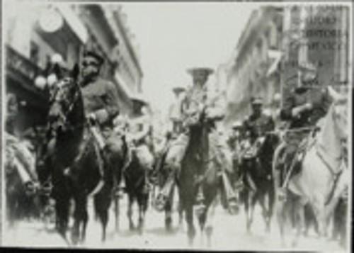 Imagen de Los Grales. Álvaro Obregón, Benjamín G. Hill y Jacinto B. Treviño, encabezando el desfile militar que con motivo de la toma de posesión se llevó a cabo (atribuido)