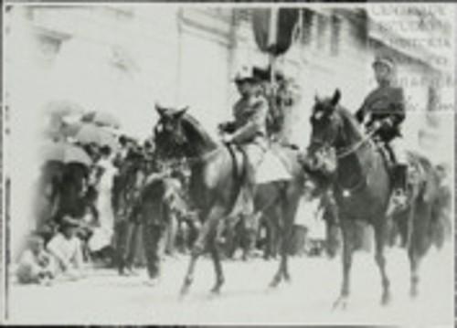 Imagen de El Gral. Fausto Topete a su paso frente al Palacio Nacional (atribuido)