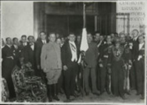 Imagen de El Presidente de la Huerta, rodeado de personalidades, después de la Ceremonia probablemente de El Grito (atribuido)