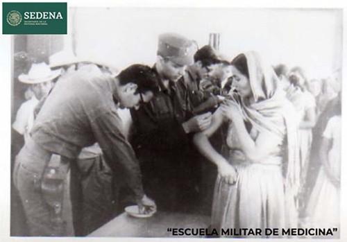 Imagen de Reproducción fotográfica del registro en blanco y negro en que tres médicos de la Escuela Médico Militar ponen vacunas en el brazo derecho a tres mujeres (atribuido)