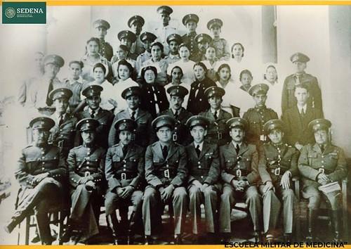 Imagen de Reproducción fotográfica del retrato grupal en blanco y negro de 40 alumnos de la Escuela Médico Militar (atribuido)