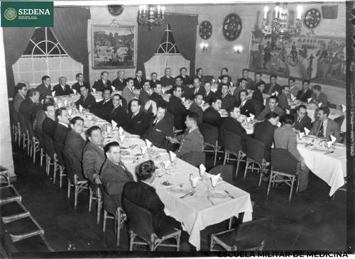 Imagen de Gustavo Baz Prada y Salvador González Reynoso con otros miembros de la Escuela Médico Militar en una cena en el restaurante Chapultepec (atribuido)