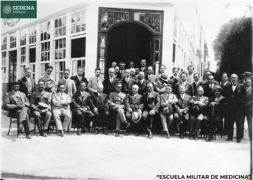 Imagen de Profesores de la Escuela Médico Militar afuera del restaurante El Retiro (atribuido)