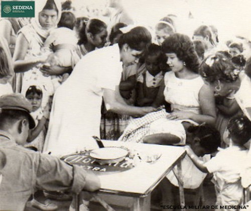 Imagen de Enfermera pone una inyección glútea a una niña (atribuido)