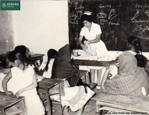 Imagen de Enfermera muestra cómo asear el área genital de un lactante (atribuido)