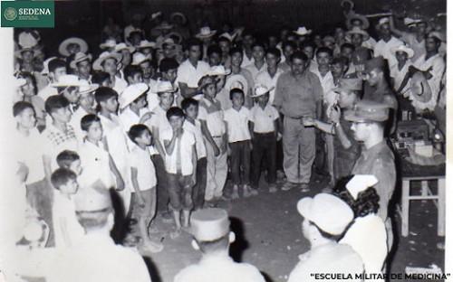 Imagen de El general de brigada Salvador Rangel Medina toma la palabra frente a decenas de hombres y niños (atribuido)