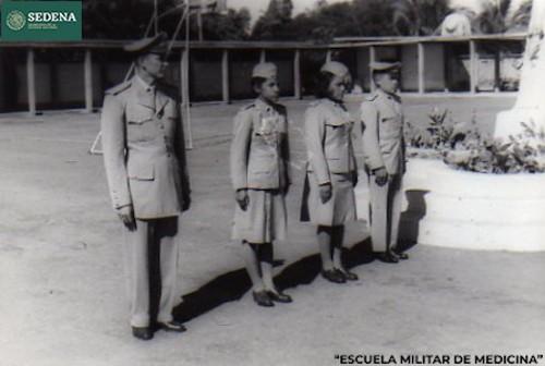 Imagen de Cadetes hombres y mujeres vestidos de gala en el patio de una escuela (atribuido)