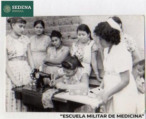 Imagen de Mujer cose en la máquina con la supervisión de una enfermera (atribuido)