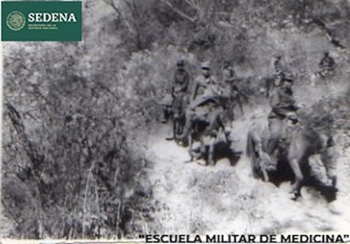 Imagen de Cadetes de la brigada médica de la Escuela Médico Militar transitan a caballo por un sendero boscoso para ir de una comunidad a otra (atribuido)