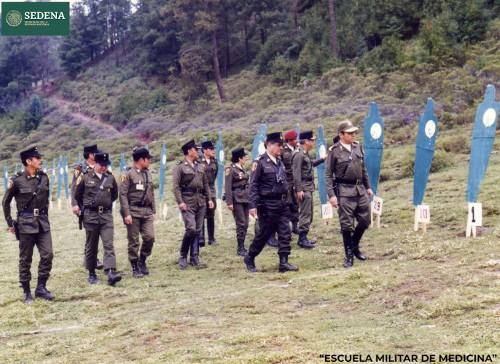 Imagen de El general Enrique Espino Mucharraz, director de la Escuela Médico Militar, con otros diez militares, revisa el campo para una práctica de tiro (atribuido)