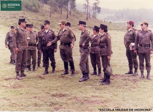 Imagen de Miembros de diferentes escuelas del sistema educativo militar, coordinando las actividades que se ejecutarán después del pase de lista y la entrega de parte (atribuido)