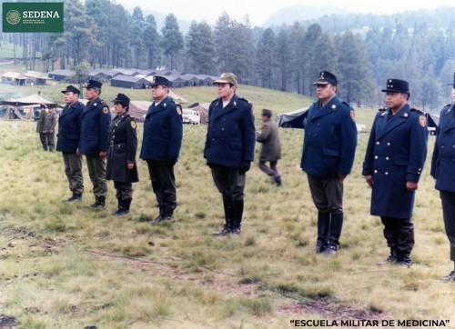 Imagen de Pase de lista y parte de novedades encabezados por los directores de escuelas que conforman el sistema educativo militar, durante las prácticas de maniobras militares (atribuido)