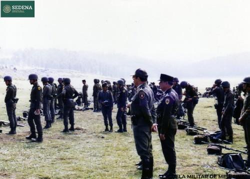Imagen de El director de la Escuela Médico Militar, el general Enrique Espino Mucharraz, supervisa las maniobras durante las prácticas (atribuido)