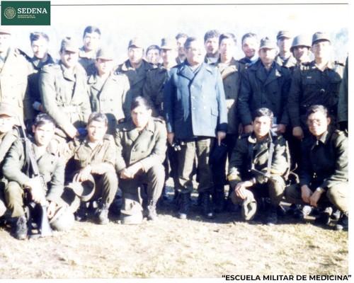 Imagen de Retrato de 23 miembros no identificados de diversas escuelas del sistema educativo militar durante su participación en las prácticas de maniobras militares (atribuido)