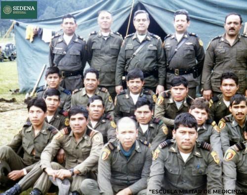 Imagen de El director de la Escuela Médico Militar, el general Enrique Espino Mucharraz, con miembros de diversas escuelas del sistema educativo militar, durante su participación en las prácticas de maniobras militares (atribuido)