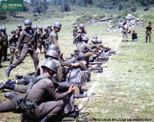 Imagen de Práctica de tiro de 10 miembros de diversas escuelas del sistema educativo militar, como actividad de maniobras militares (atribuido)