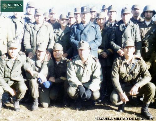 Imagen de El director de la Escuela Médico Militar, el general Enrique Espino Mucharraz, con 20 miembros de diversas escuelas del sistema educativo militar, durante las prácticas de maniobras militares (atribuido)