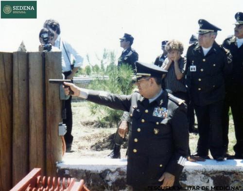 Imagen de Práctica de tiro del secretario de la Defensa Nacional, el general de división diplomado del Estado Mayor Juan Arévalo Gardoqui (atribuido)