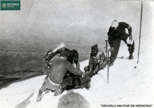 Imagen de Prácticas de evacuación de alumnos de la Escuela Médico Militar en el volcán Popocatépetl (atribuido)
