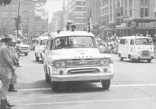 Imagen de Ambulancias de la Cruz Roja en desfile (atribuido)