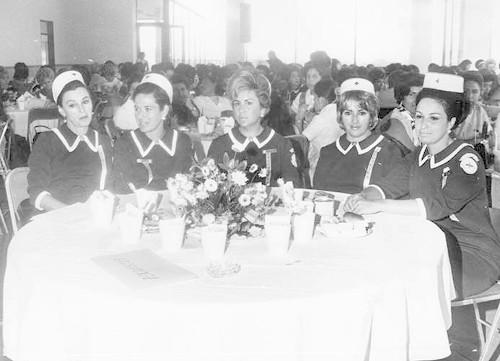 Imagen de Mujeres con uniforme de la Cruz Roja en un evento social (atribuido)
