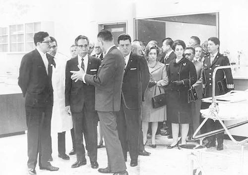 Imagen de Gustavo Díaz Ordaz recorre el recién inaugurado hospital de la Cruz Roja Mexicana (atribuido)