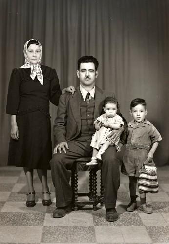 Imagen de Retrato de madre y padre con niña y niño en estudio (atribuido)