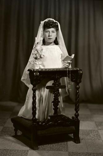 Imagen de Retrato de niña con vestido de primera comunión en estudio (atribuido)