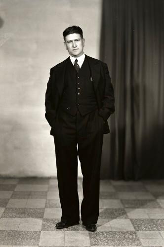 Imagen de Retrato de hombre adulto con traje de cuerpo entero en estudio (atribuido)