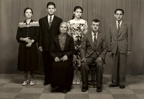 Imagen de Retrato de familia de seis integrantes con ropa formal en estudio, con padre y madre al frente (atribuido)