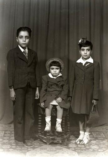 Imagen de Retrato de tres hermanitos con ropa formal en estudio (atribuido)