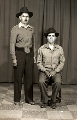 Imagen de Retrato de dos hombres jóvenes con ropa formal y sombreros, posiblemente hermanos, en estudio (atribuido)