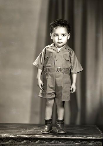 Imagen de Retrato de niño con conjunto de vestir en estudio (atribuido)