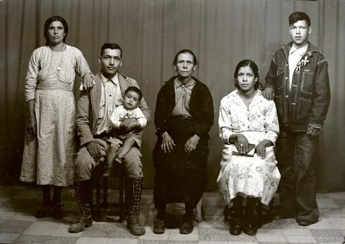 Imagen de Retrato de madre con hijos, nieto y nuera en estudio (atribuido)